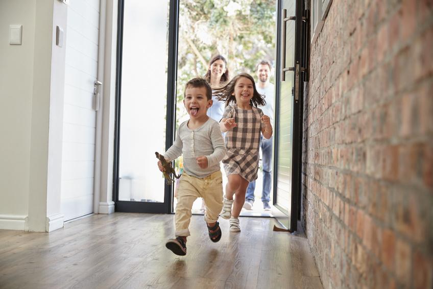 Enfants heureux d'entrer dans leur nouvelle maison bourgogne bâtir